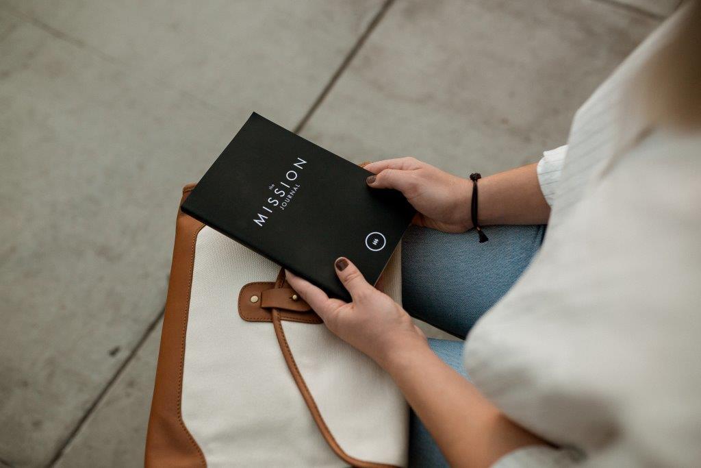 Imagen de una persona con un libreto en la mano que representa la misión de vida, para el articulo de Bosco González sobre el propósito y el legado, articulo de autor, sobre Géiser, Foro de Innovación y Empresa Responsable