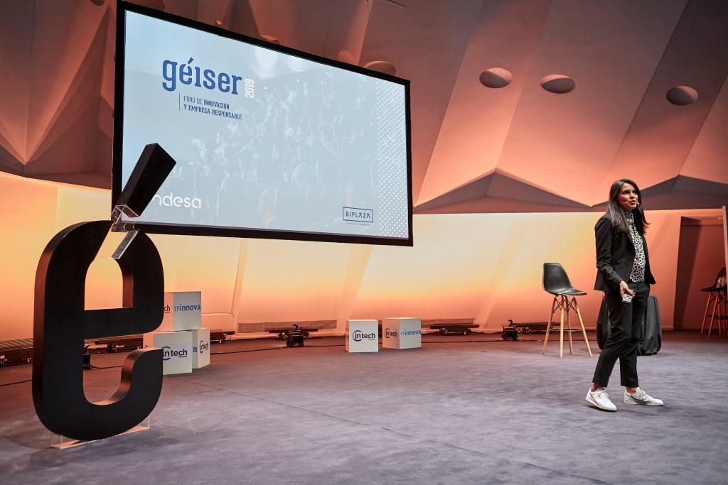 Imagen de malena Calva en su ponencia de Géiser Foro de Innovación y Empresa Responsable, 2019, hablando sobre el trabajo colaborativo